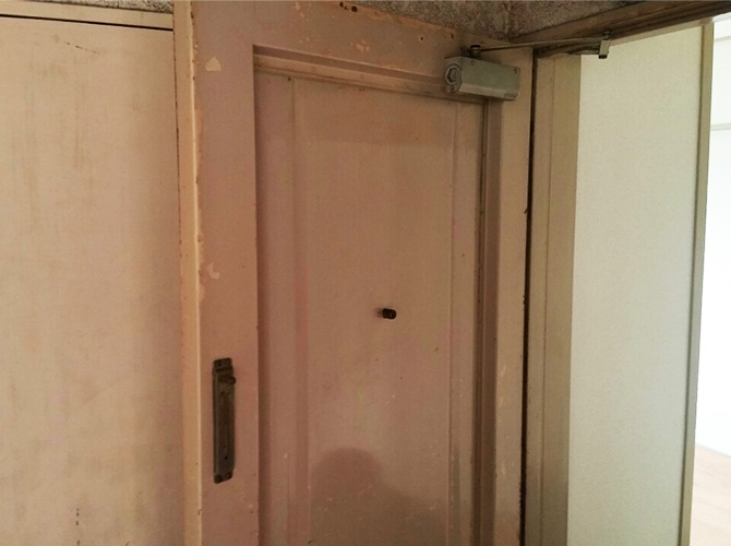 玄関ドアの塗装前のようすです。