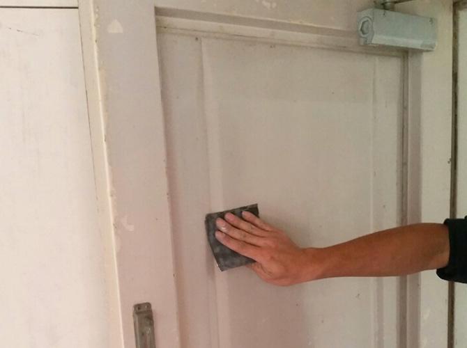 鉄扉の汚れやサビを落とします。