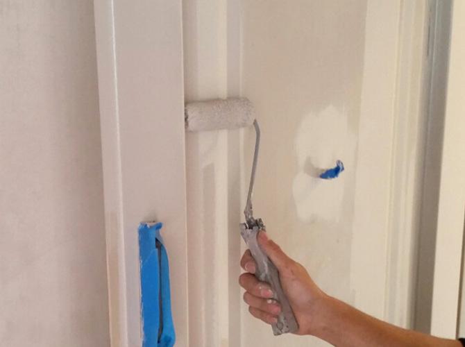 ドアの下塗り施工中のようすです。