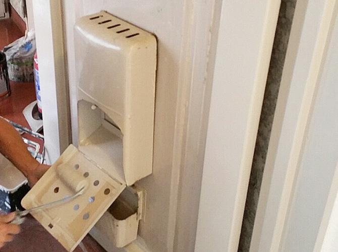 ドアのポスト部分もしっかりと塗装します。