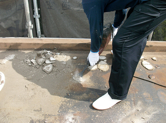 屋上の既存防水の撤去作業中です。