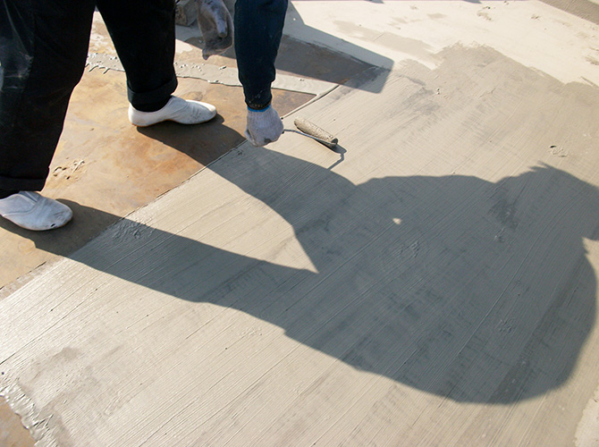 屋上防水の下地調整の施工中です。