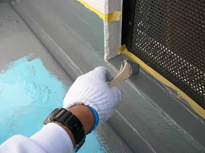 トップコートを屋上全体に塗っていきます。