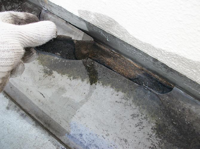 防水工事の既存材料を撤去します。