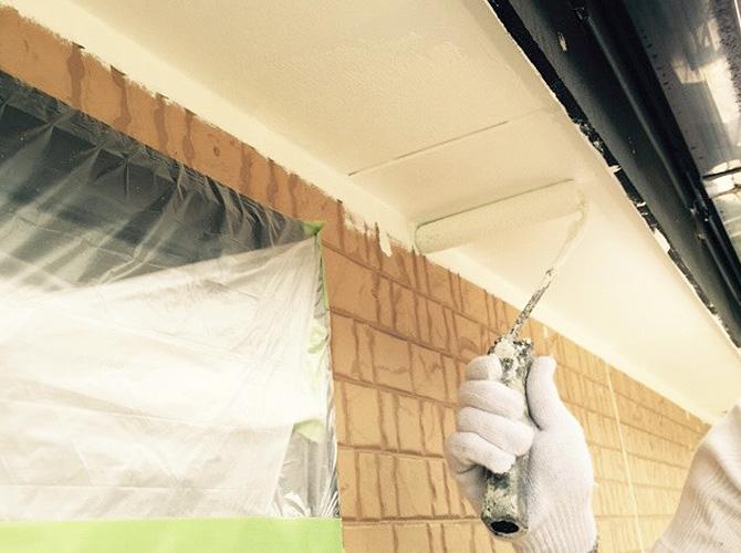 軒天井塗装の施工中