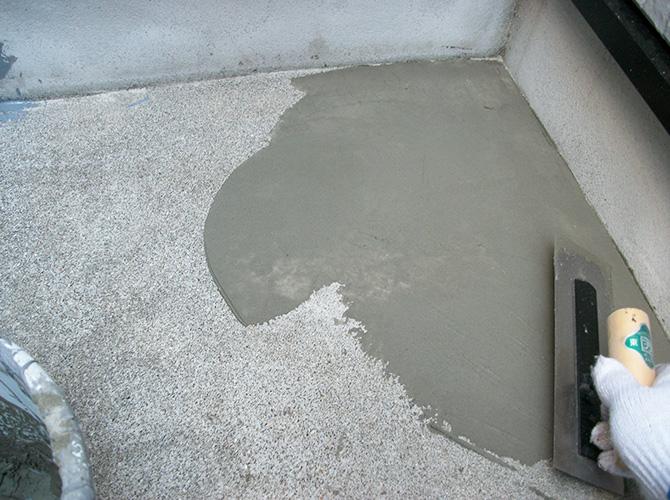バルコニーの床の補修後に防水層を施工します。