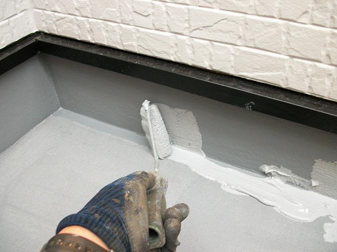 立上り部分の防水トップコート施工中です。