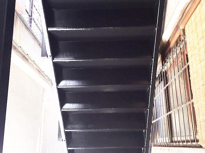 鉄骨階段の段裏部分の塗装完了後です。