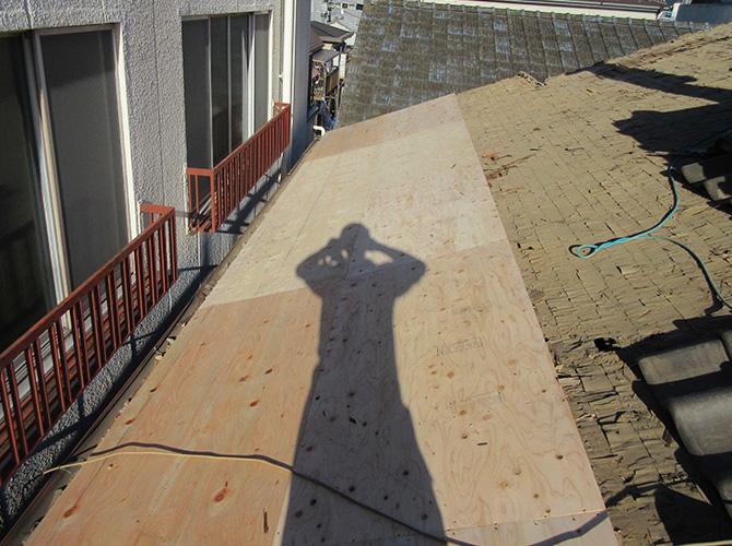 既存瓦の撤去後の野地板(コンパネ)の設置中です。