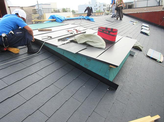 天窓部分の補修工事の施工中です。