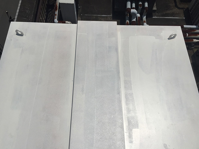 屋上設備の塗装工事の施工中のようすです。
