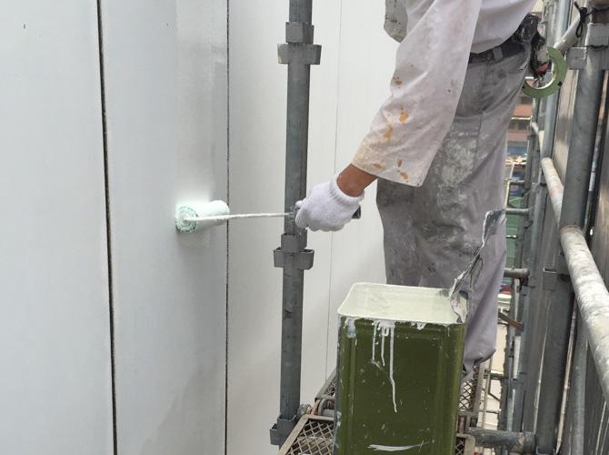 ビルの場合も上から下に塗装を進めていきます。
