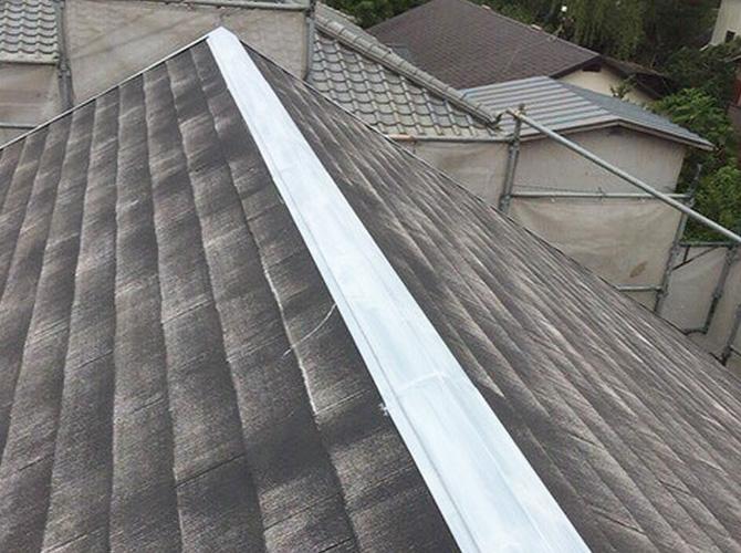 屋根の棟部分の錆止め塗装完了後です。