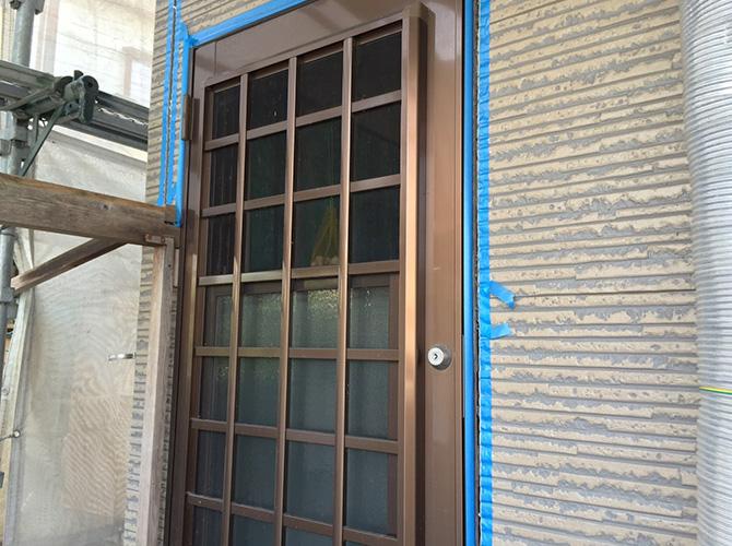 ドア廻りのシール補修施工前のようすです。