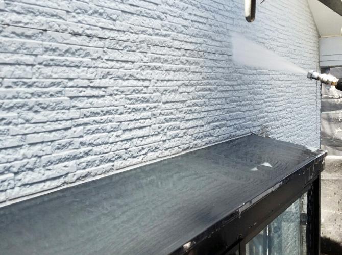 外壁の高圧洗浄の施工中