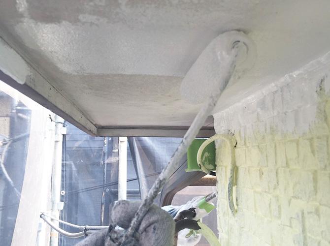 軒天井塗装の下塗り施工中