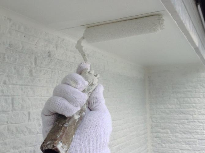 軒天井の下塗り施工中