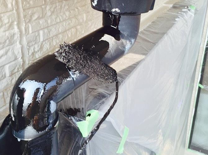 雨樋塗装の施工中