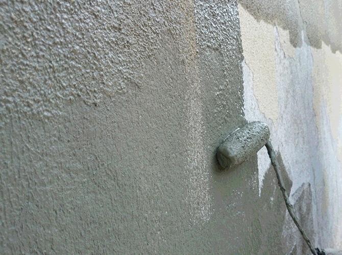 外壁の中塗りの施工中
