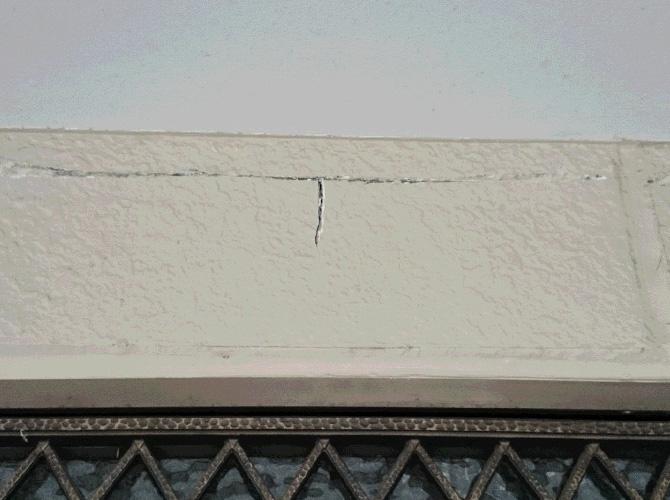 外壁クラック(ひび割れ)補修の施工前の状態です。