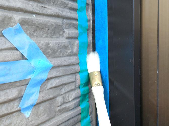サッシ廻りのプライマー塗布の施工中です。