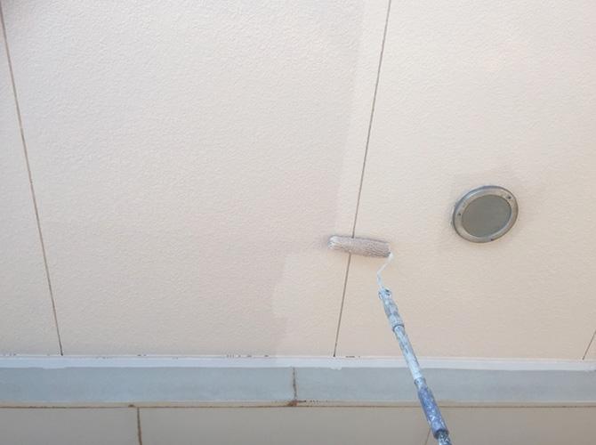 軒天井の塗り替えの施工中です。