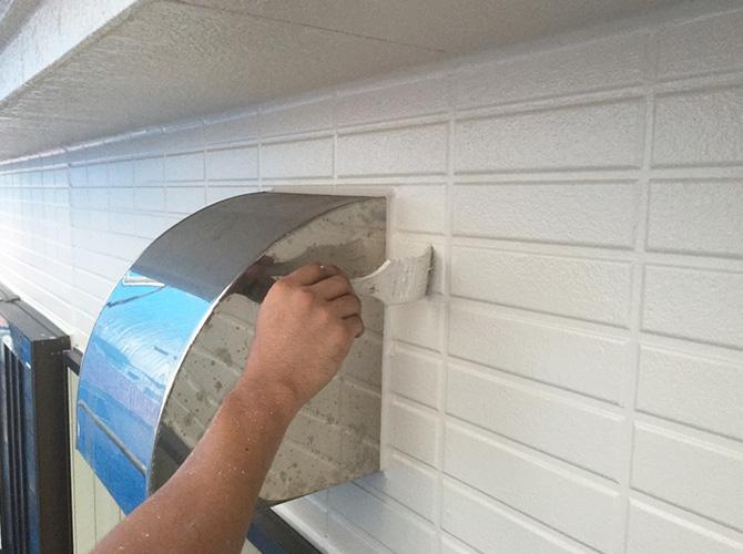 塗装箇所によっては刷毛を使って塗装します。