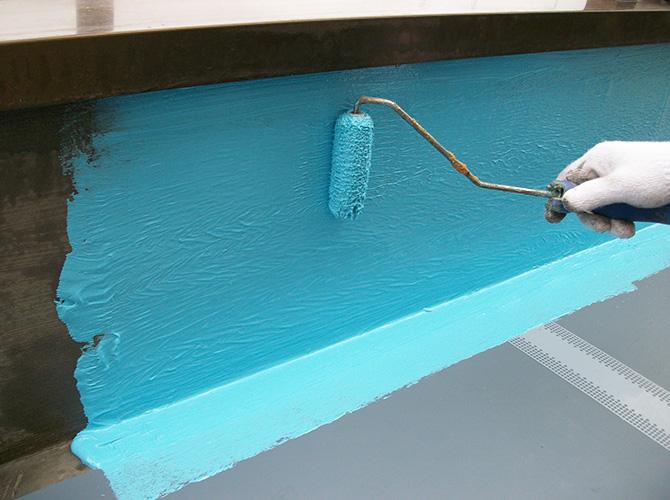 ウレタン防水材の塗布中のようすです。