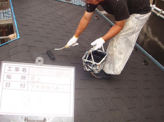 屋根の上塗りの施工中です。