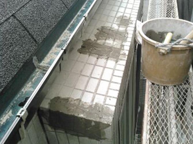 タイルの補修工事モルタル施工中の様子です。