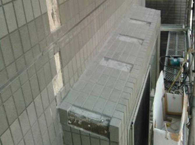 外壁部分も同様にタイルを補修します。