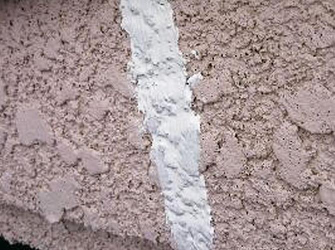 シーリング剤でひび割れを補修して塗装に入ります。