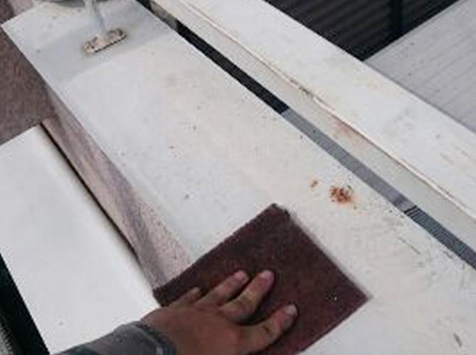 鉄部はケレンで錆びや汚れを落としてから塗装します。