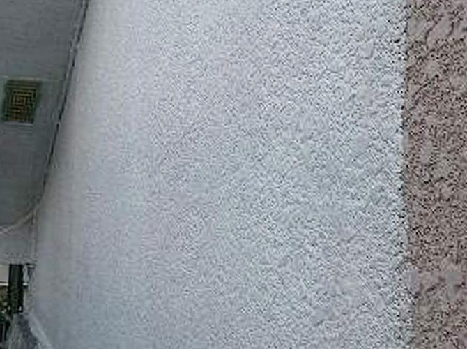 外壁塗装の下塗り施工中