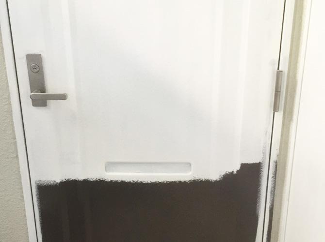 アパートのドア(鉄扉)塗装の施工中のようすです。