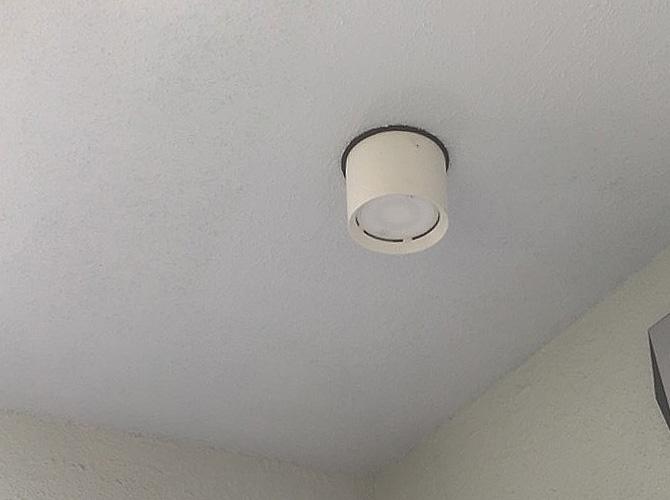 共用部の天井塗装の施工前のようすです。