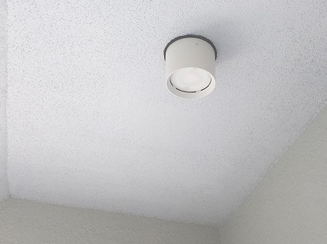 共用部の天井塗装の施工中のようすです。