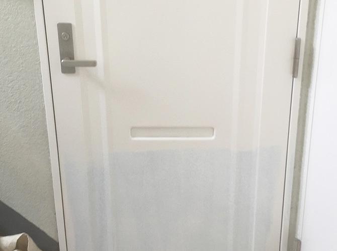 玄関ドア塗装の施工中のようすです。