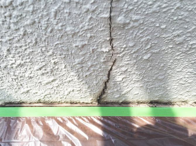 外壁クラック補修の施工前