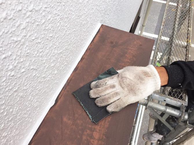 霧除け庇のサビ止め塗装前のケレン清掃中です。