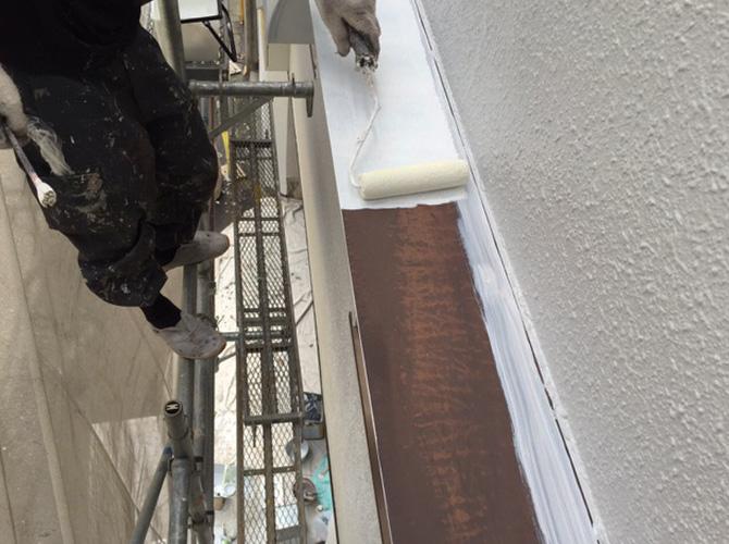 霧除け庇のサビ止め塗装の施工中です。