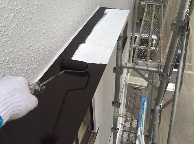 霧除け庇塗装の上塗り施工中です。