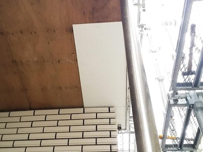 軒天の新しい材料を設置していきます。