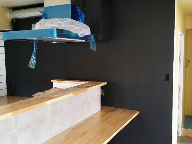 内壁の黒板塗装の施工完了後のようすです。