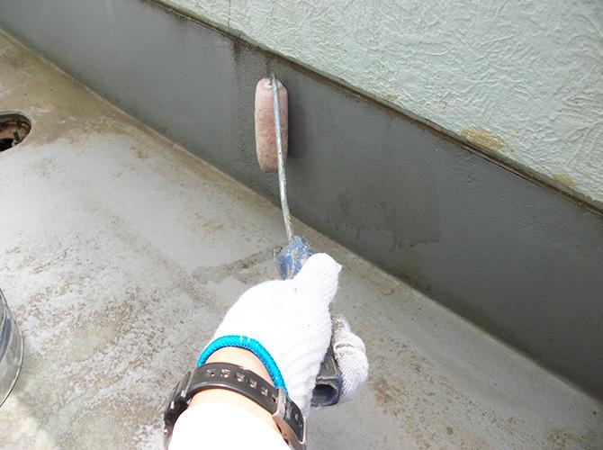 立上り部分のプライマー塗布施工中です。