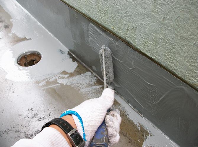 立上り部分のウレタン防水の施工中です。