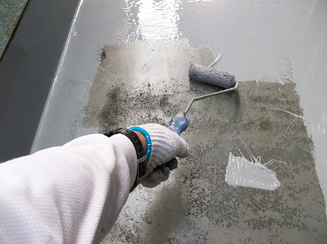 バルコニー床のウレタン防水施工中です。