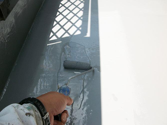バルコニー床部分のトップコート施工中です。