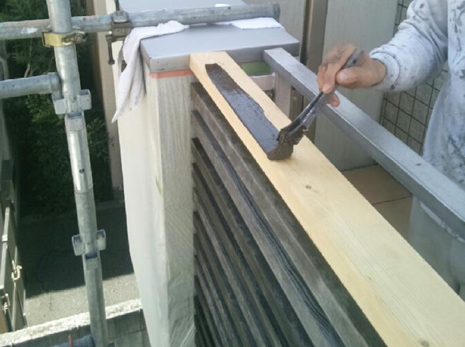 木部の下塗り施工中です。