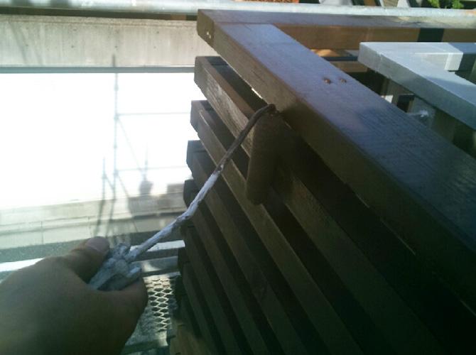 木部の中塗り施工中です。
